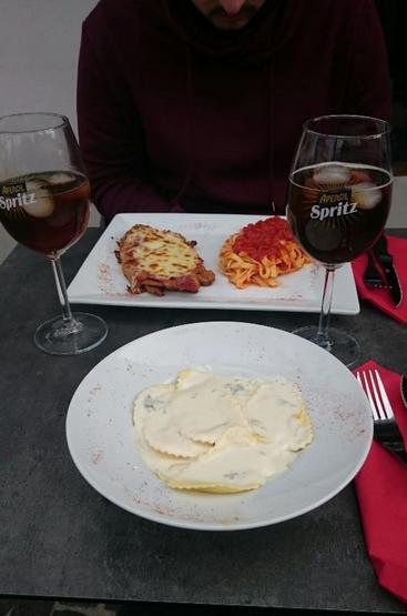Escalope à la Milanaise pour Monsieur accompagnée de ses pâtes à l'arrabiata et Ravioles fourrés au chèvre sauce fromage pour Madame.